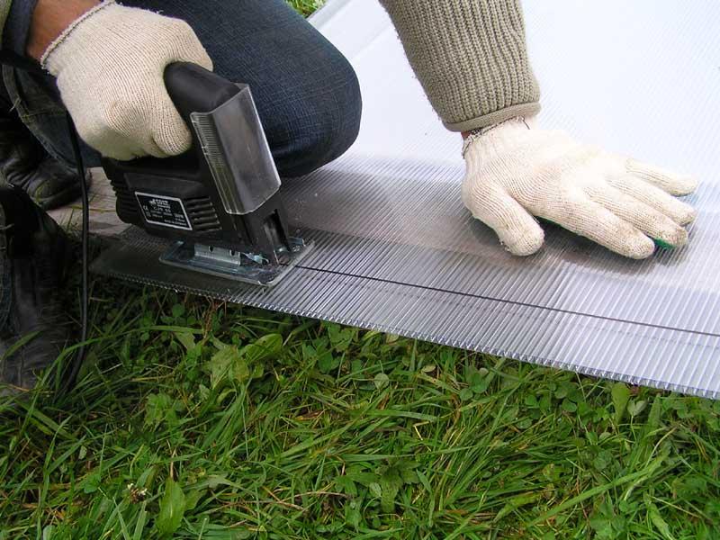 Использование электрического лобзика для резки поликарбоната