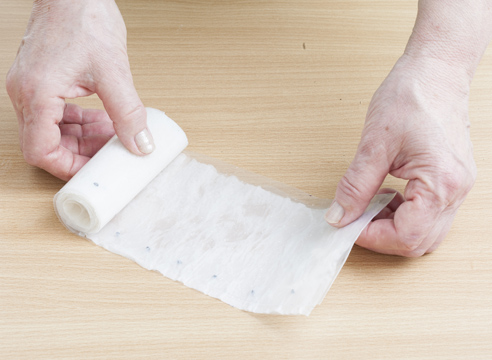 Аккуратно скатайте многослойную полоску в рулончик