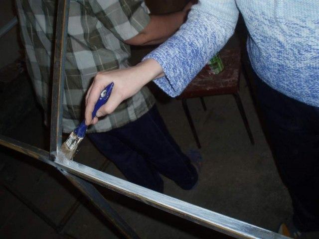 Металлические элементы нужно загрунтовать и покрасить