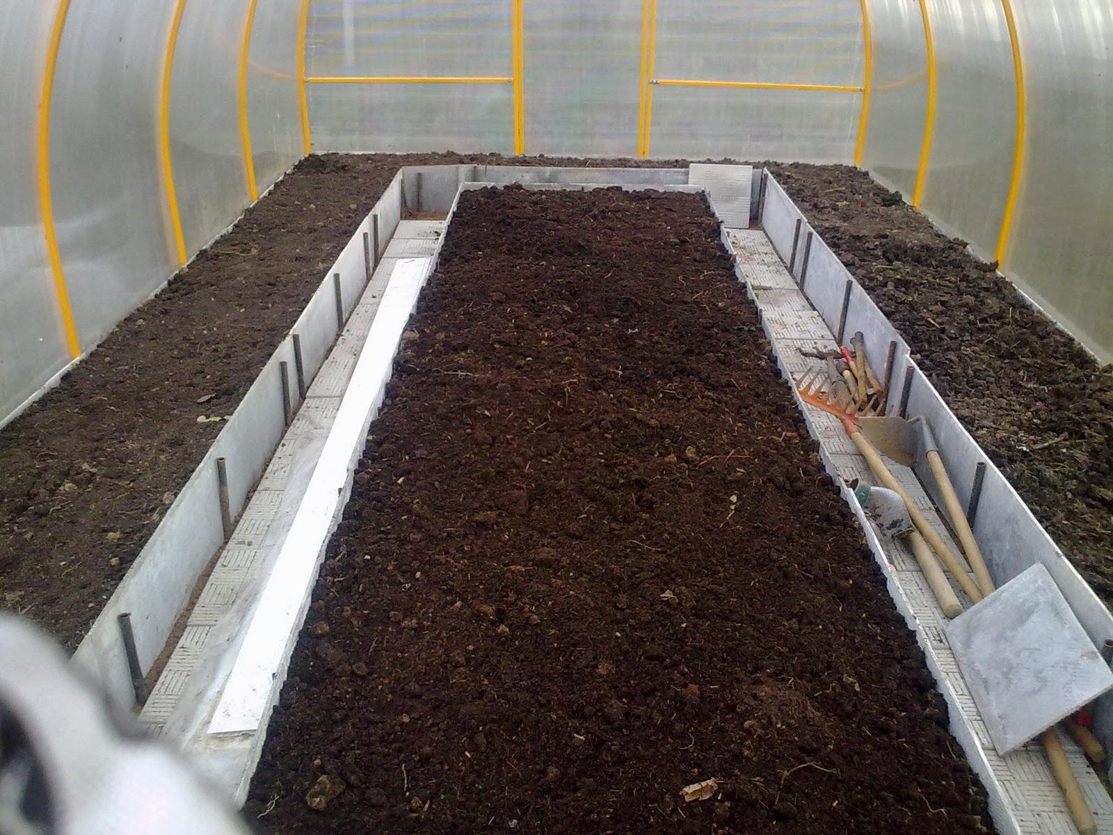 Навоз равномерно распределяется по поверхности грунта