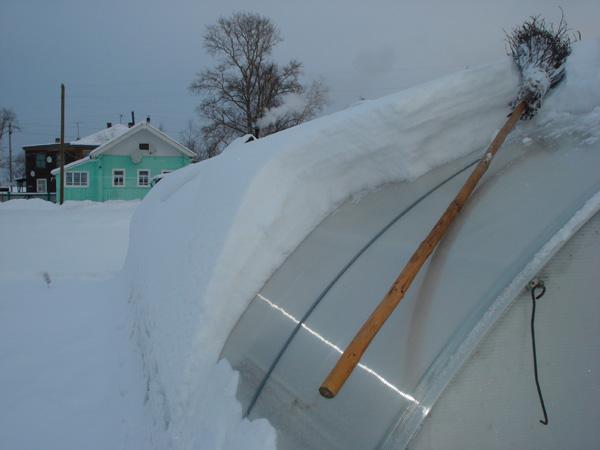 Очистка теплицы от снега