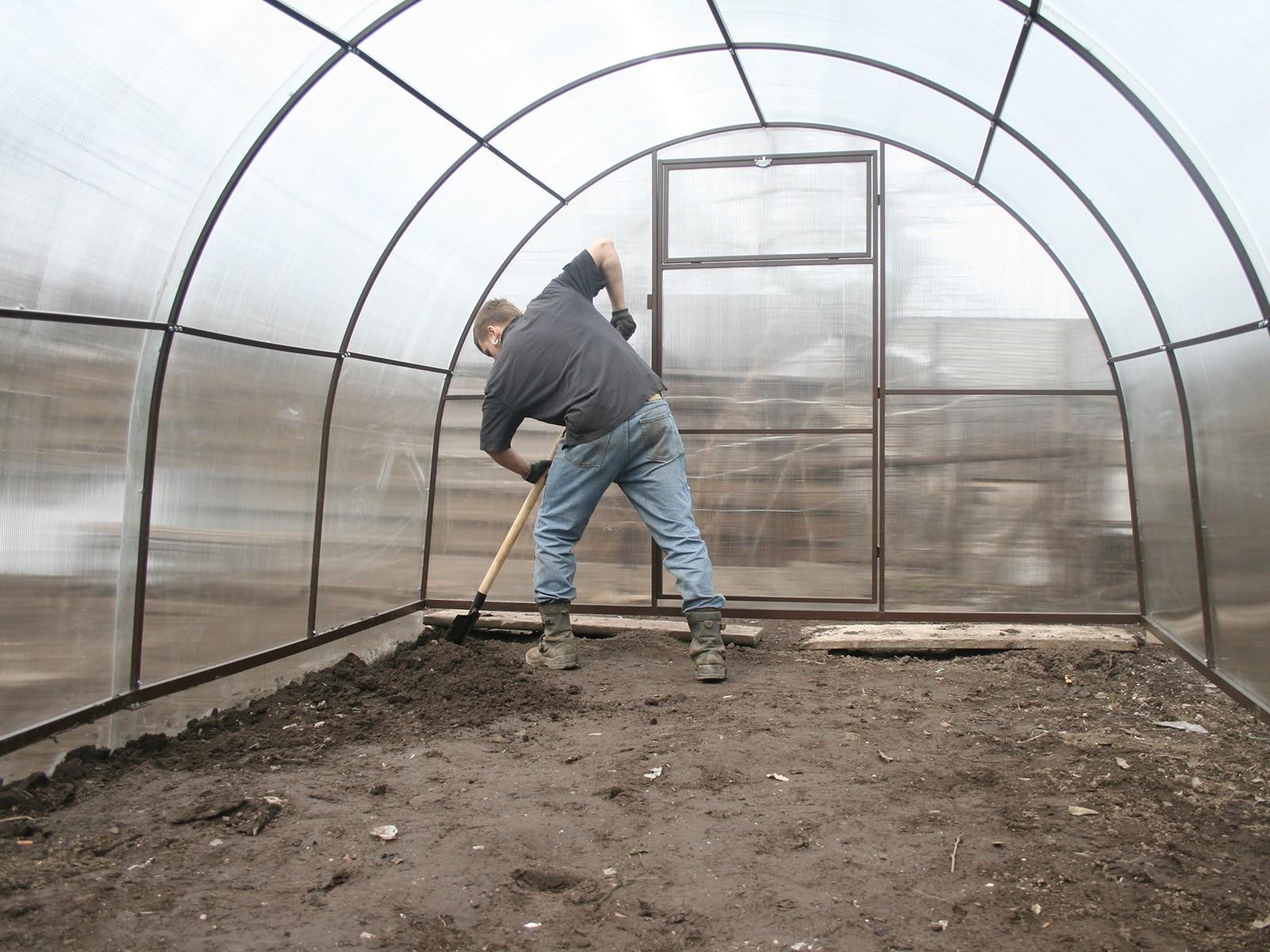 Почва в теплице перекапывается
