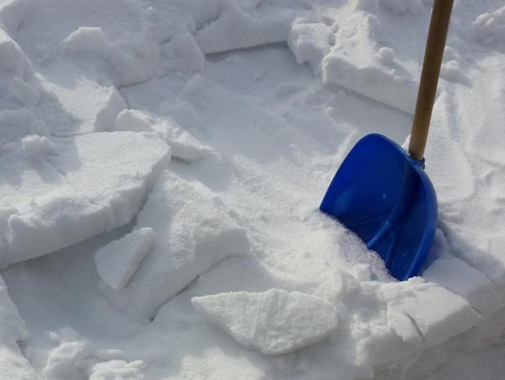 После первого сильного снегопада в теплицу надо набросать снег (слоем 20-30 см)