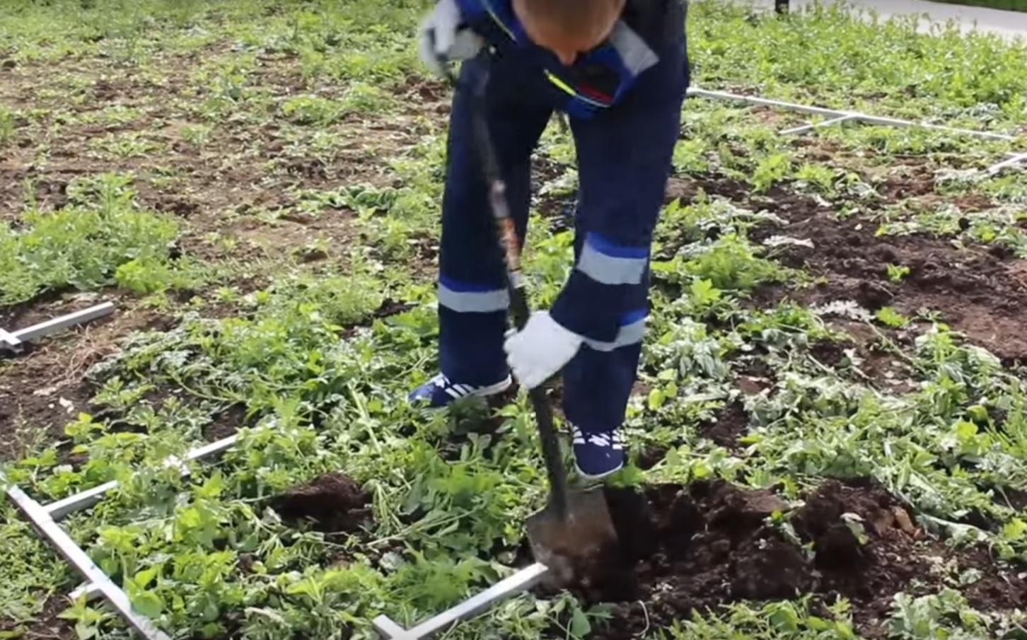 Далее нужно выкопать лунки под сваи
