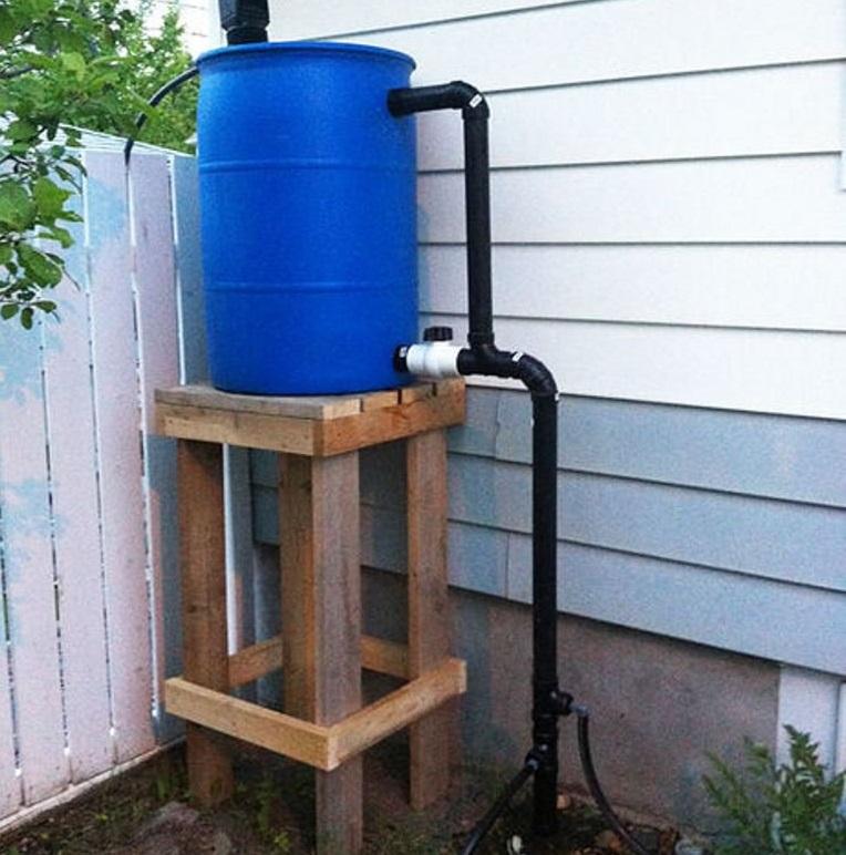 Емкость для воды с опорой из дерева
