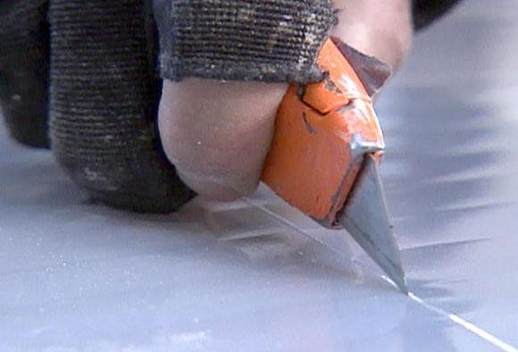 Как и в случае сверления, нужно плотно прижать поликарбонат к поверхности, не допуская напряжения и вибрации