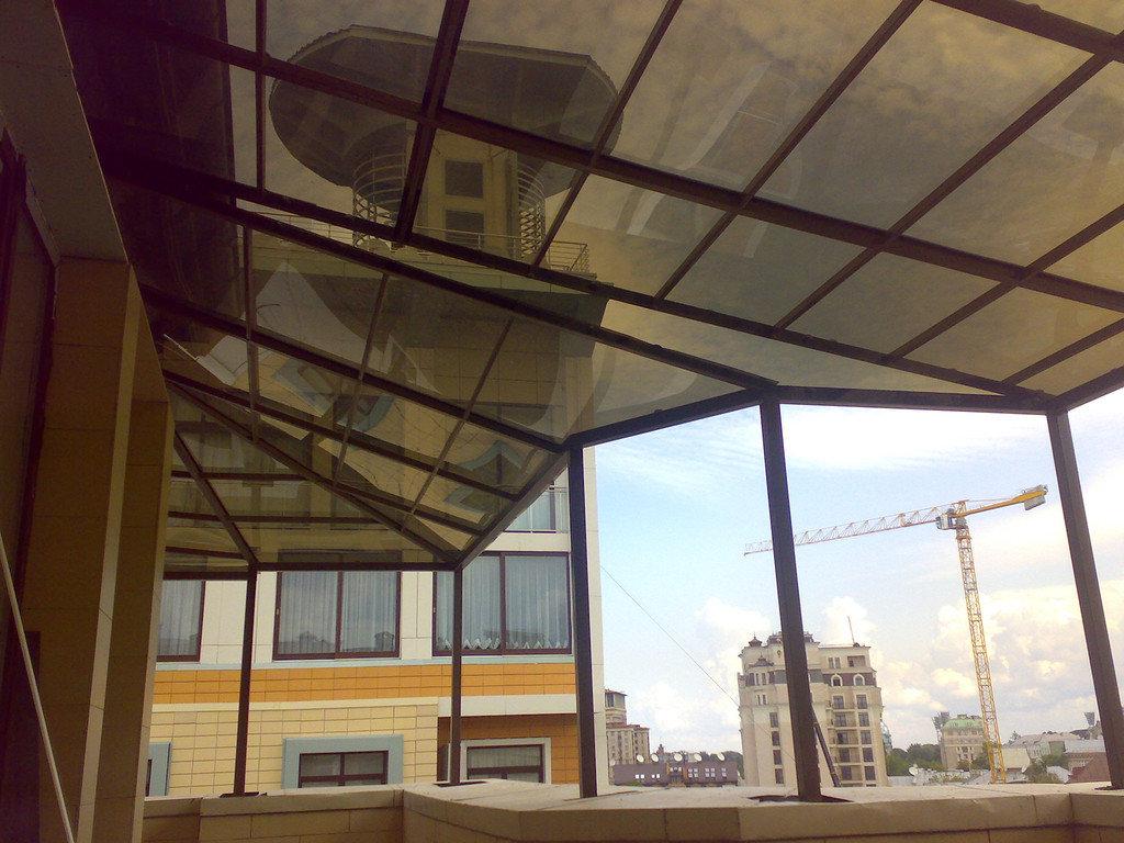 Навес из монолитного поликарбоната бронзового цвета