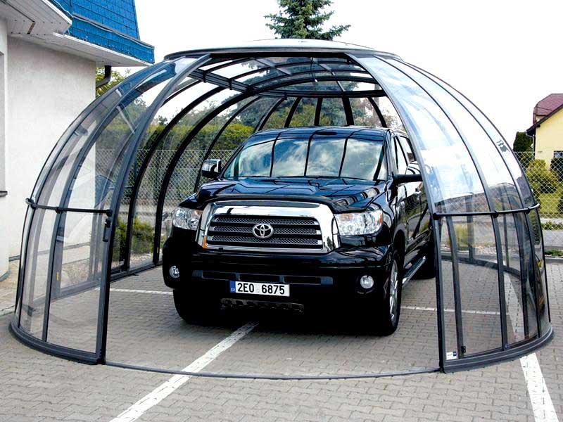 Оригинальный гараж из прозрачного монолитного поликарбоната