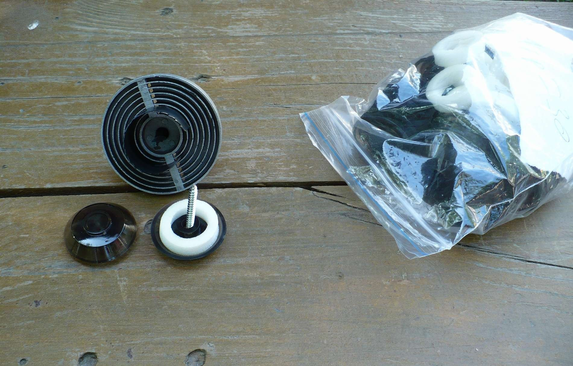Пластиковые шайбы защищают металлические саморезы от коррозии