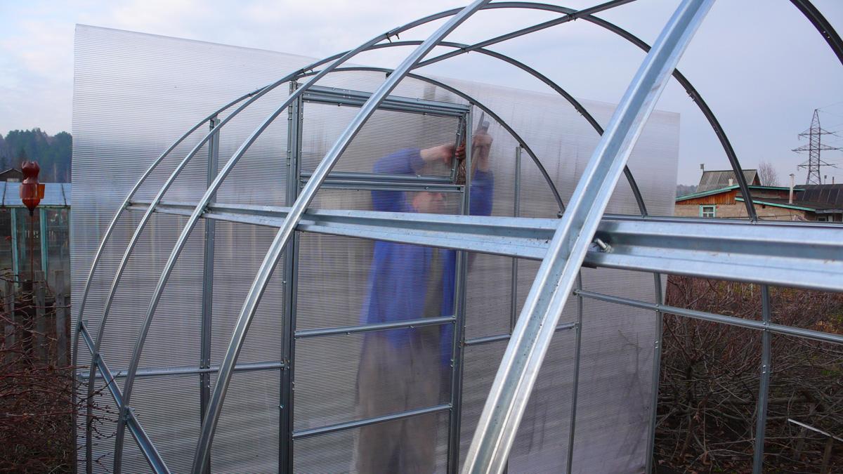 Процесс укладки листа поликарбоната на алюминиевый каркас