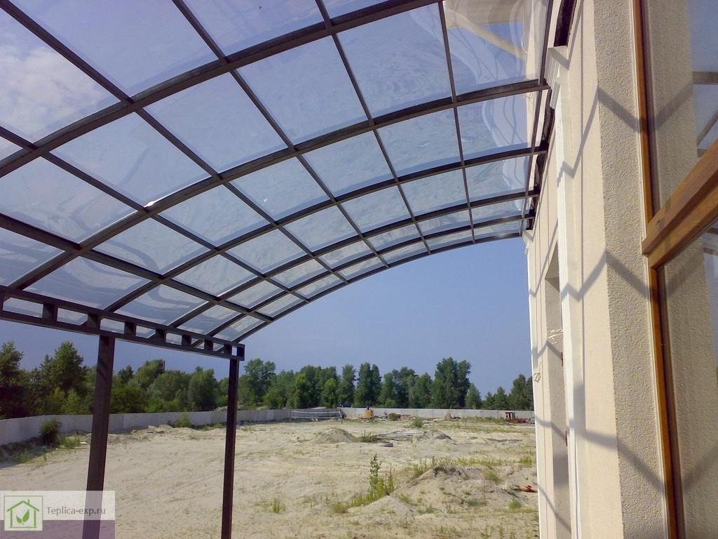 Прозрачный навес из монолитного поликарбоната над террасой