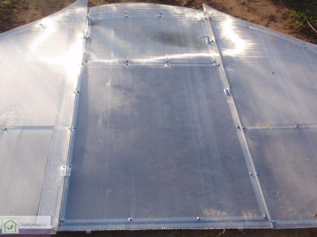 Раскрой поликарбоната крепится к двери и форточке