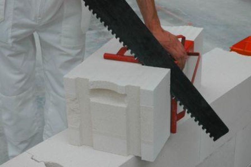 Резка блока ножовкой по шаблону