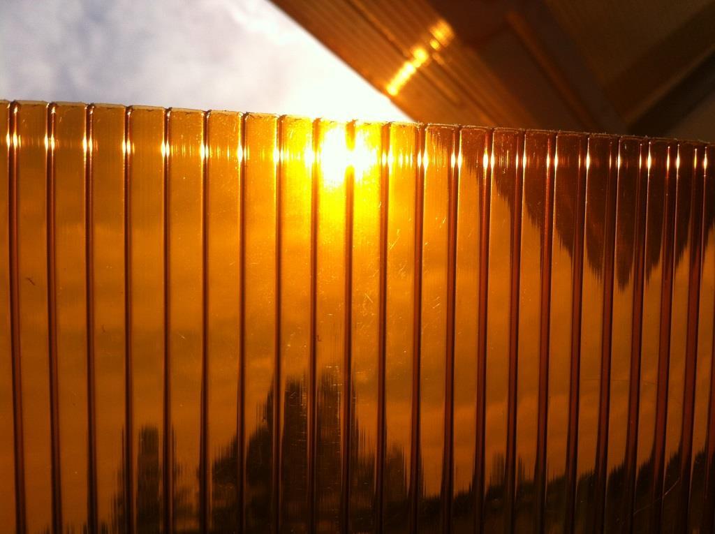 Сотовый поликарбонат цвета бронза: магия полуночного солнца