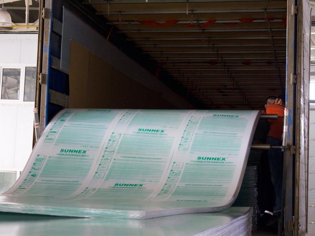 Высокая пластичность и прочность сотового поликарбоната делает возможным получать экструзионным способом листы с очень тонкими стенками (0,3 — 0,7 мм)