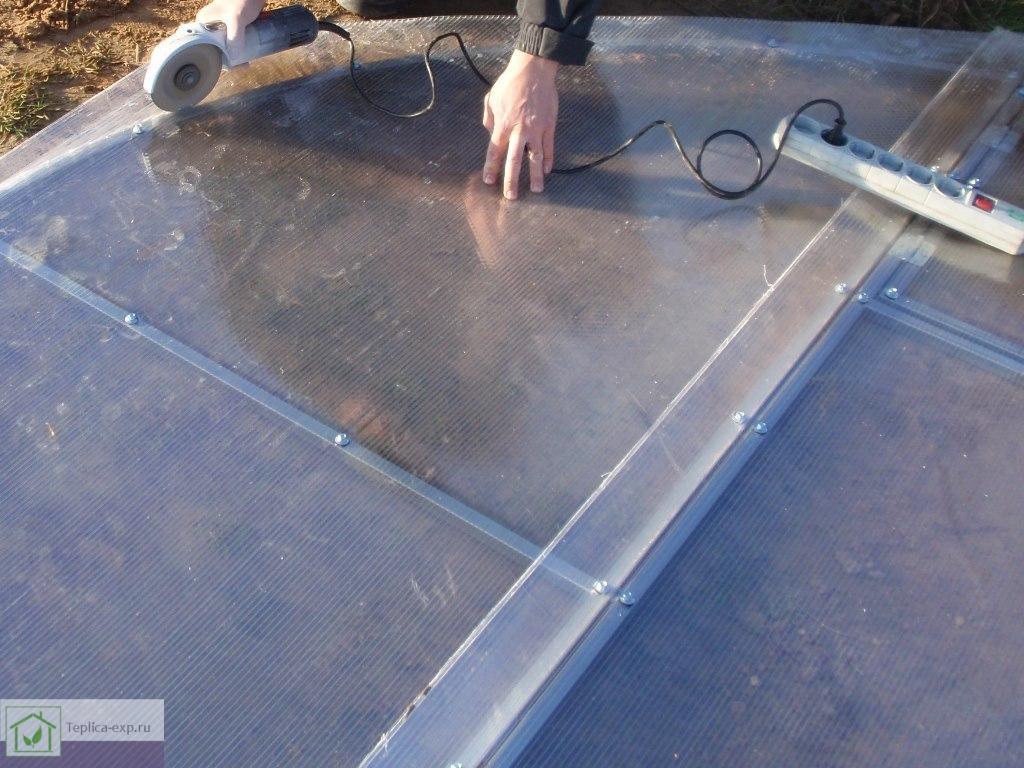 Затем нужно обрезать лишнюю краевую часть листов поликарбоната, кроме нижней части