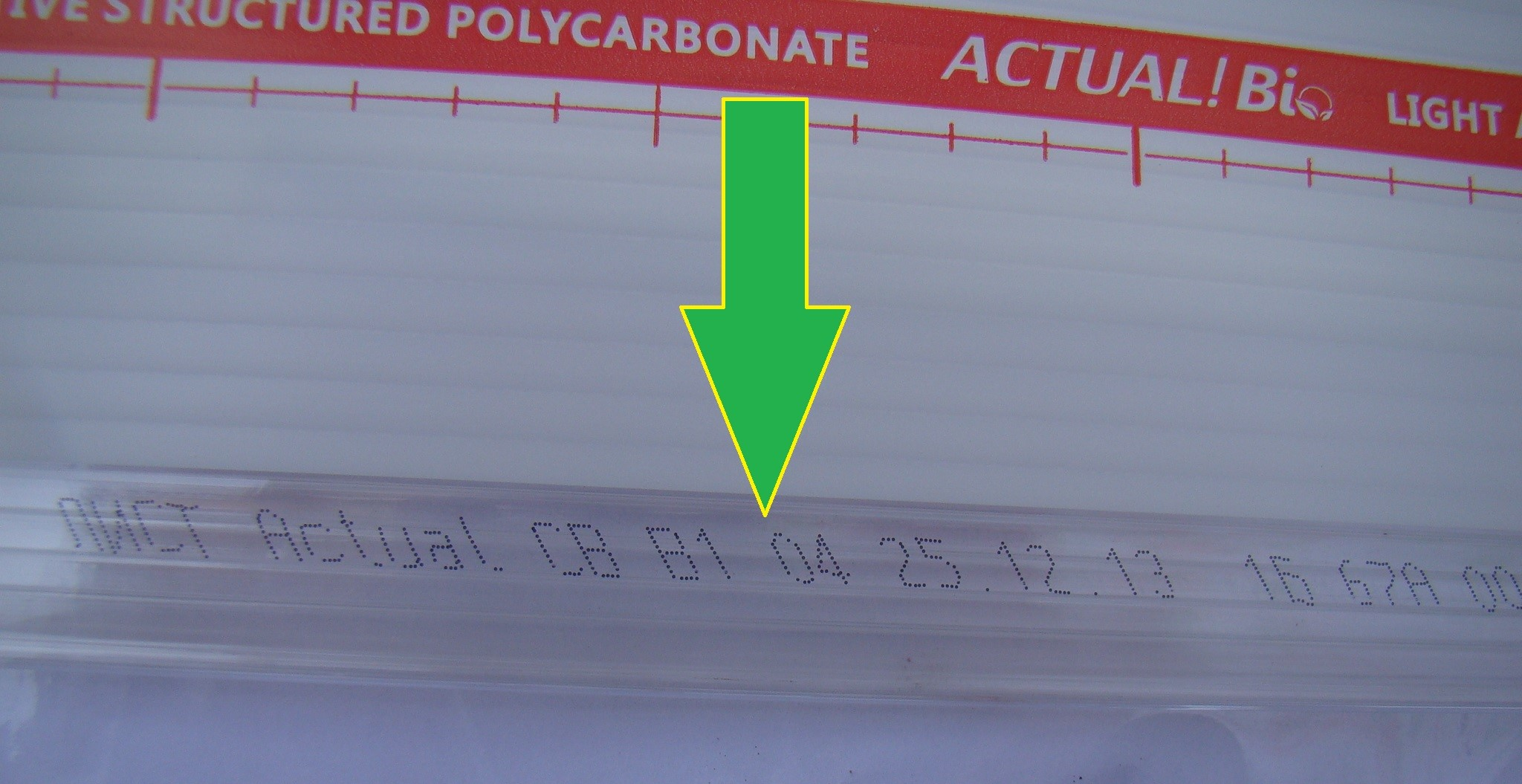 Кроме того, на боковой стороне только качественных сотовых поликарбонатов имеется термическая (лазерная) маркировка-насечка (микротекст) с указанием марки поликарбоната, даты изготовления и наличия защитного слоя