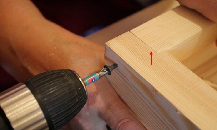 Для лучшего соединения на углах в досках можно выполнить пропилы