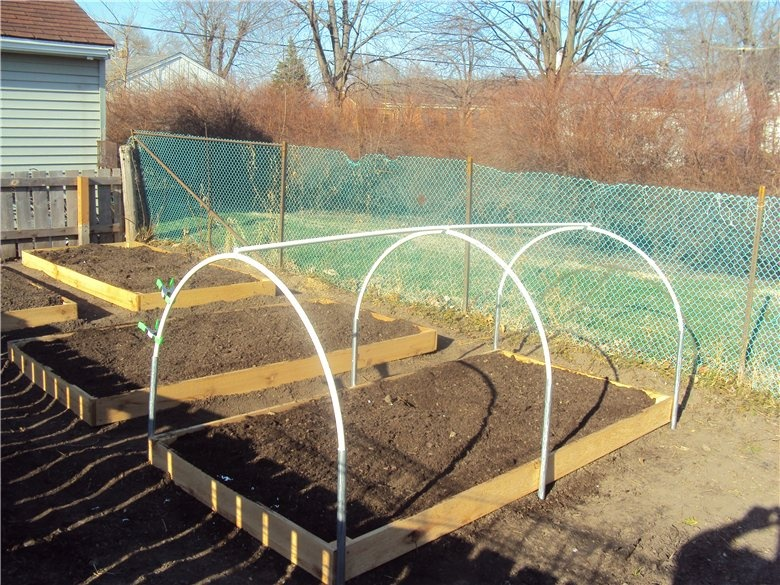 Для повышения прочности внутрь пластиковых дуг вставляют металлические пруты