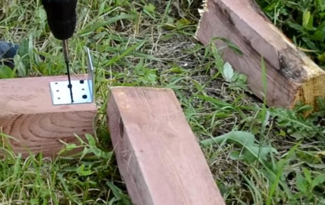 Для соединения элементов фундамента нужно использовать металлические уголки