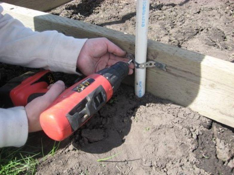 Для укрепления конструкции дуги можно притянуть к основанию перфорированной лентой