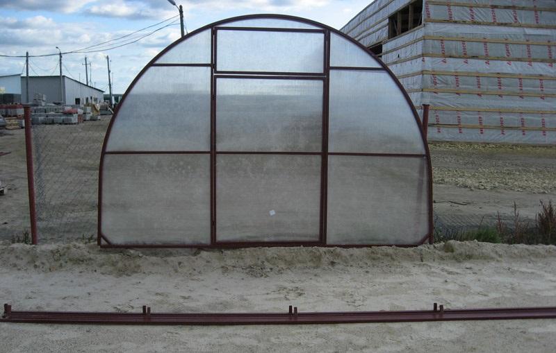Готовый торец теплицы «Кормилица-Умница» должен выглядеть так