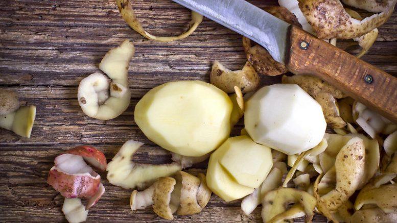 Картофельные очистки также пригодятся при обустройстве теплых грядок в теплице