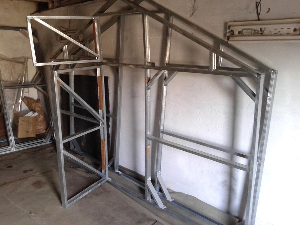 Конечный вариант фронтонов, с усиленной конструкцией и смонтированной дверью и форточкой
