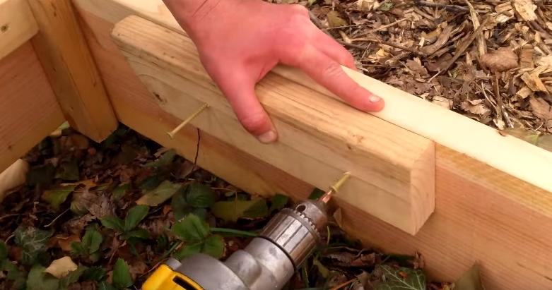 Крепление деревянной подпорки