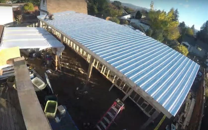 Крыша с северной стороны укрывается профнастилом