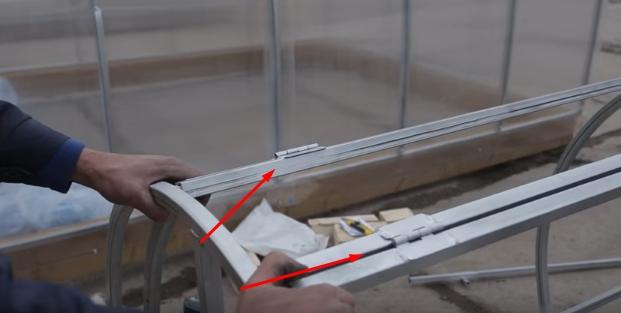 Крышки крепятся к основному каркасу с помощью петель