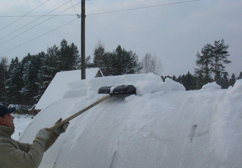 Очистка крыши теплицы от снега