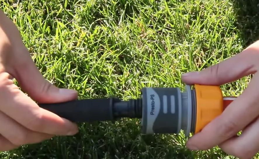 Подключение шланга к водопроводу с помощью специального фитинга