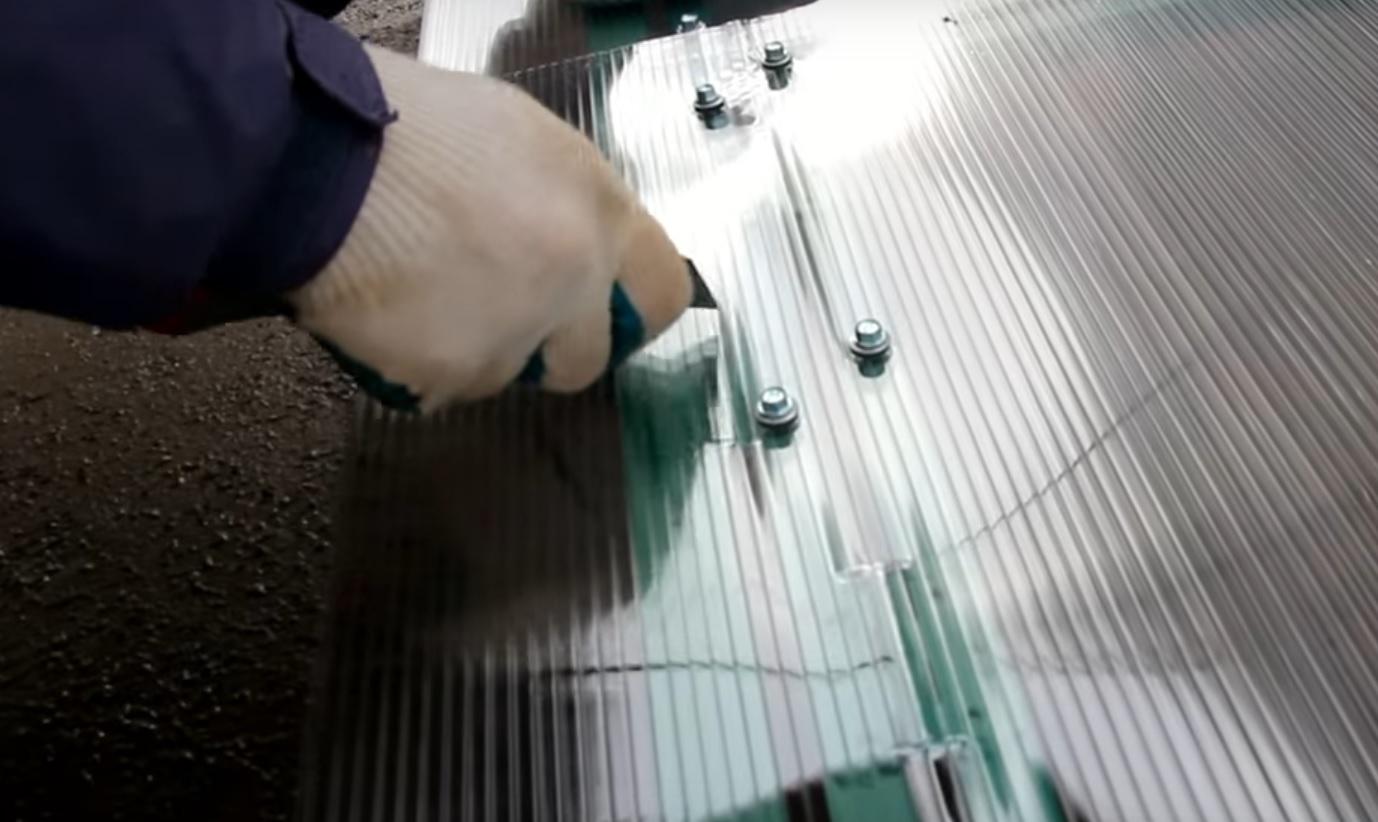 Поликарбонат вырезается на выступающих частях петель на створках дверей и форточек