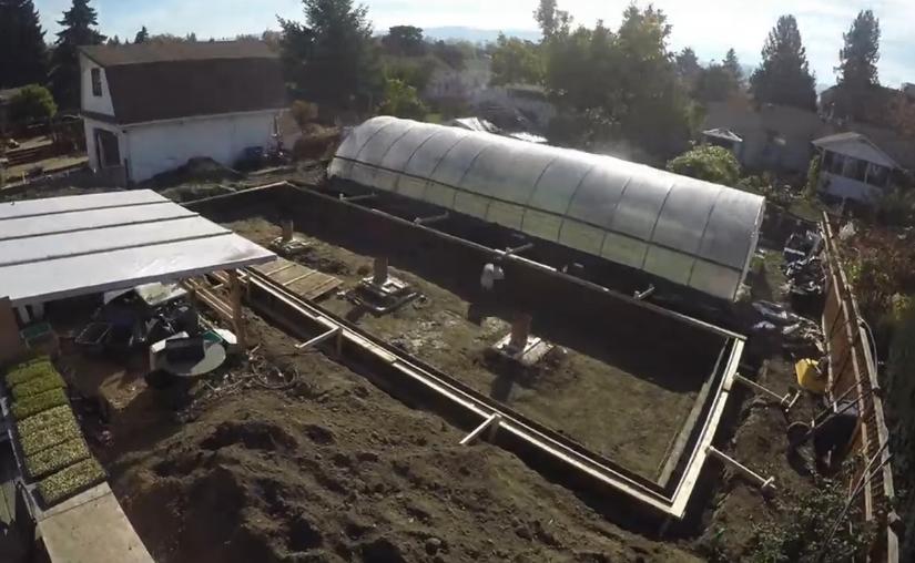 При необходимости в центре заливаются фундаментные плиты и устанавливаются опоры для колонн, поддерживающих крышу постройки
