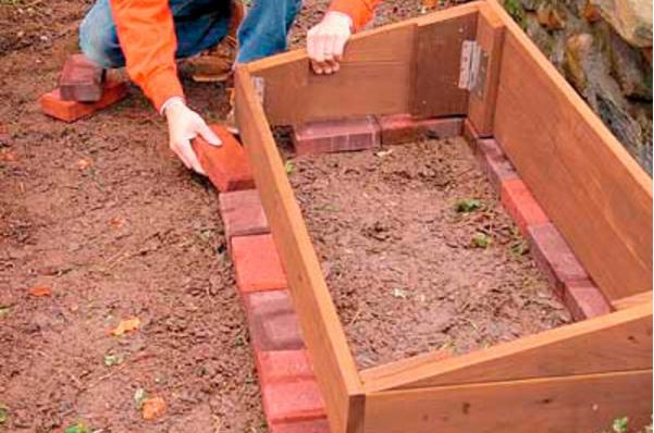 Простой кирпичный фундамент для деревянного парника с открывающимся верхом