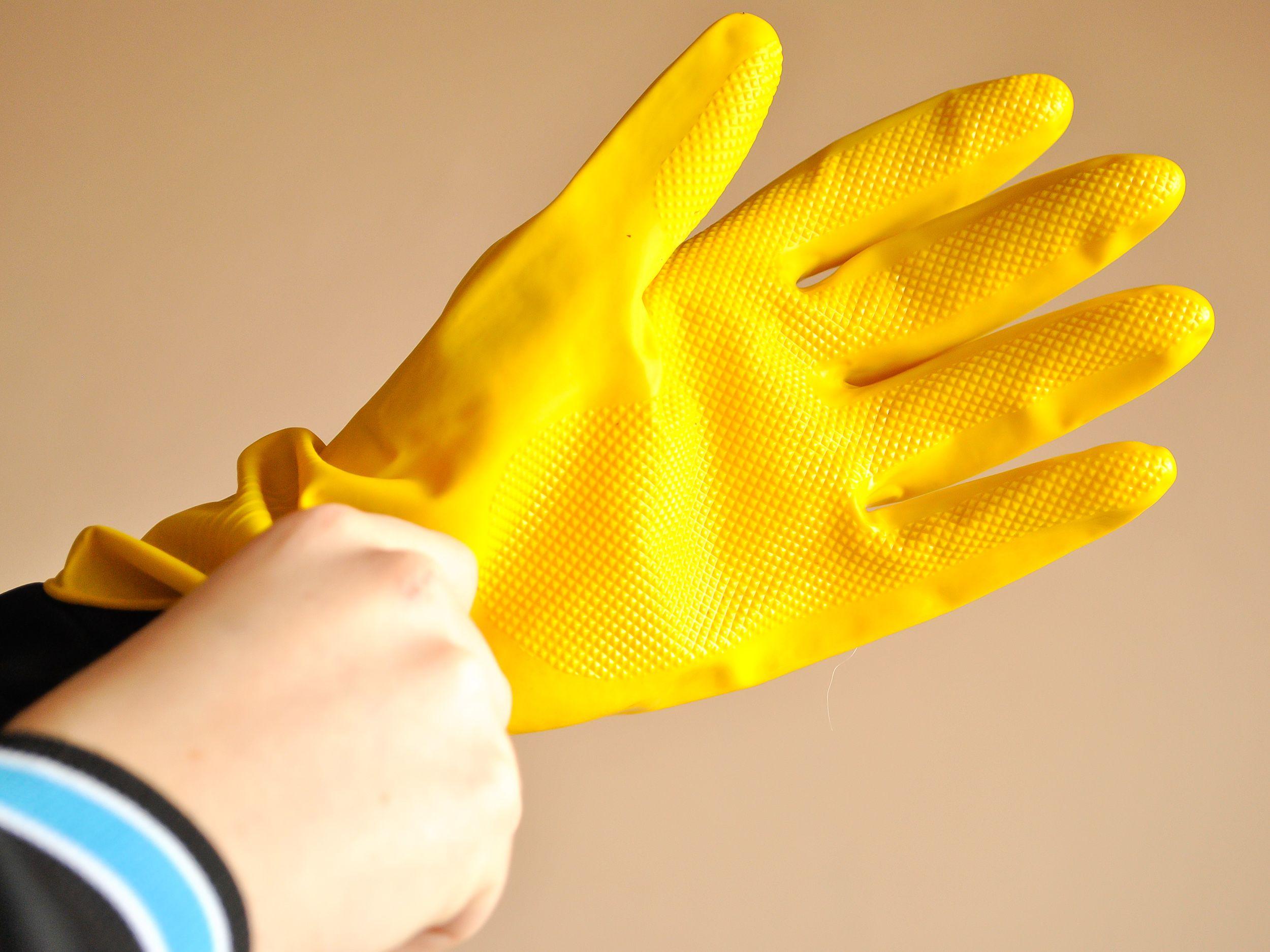 Резиновые перчатки обязательны при работе с сульфатом калия
