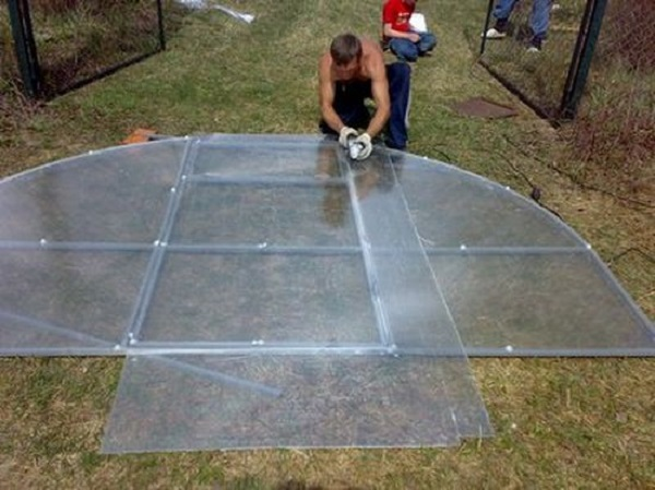 Резка листов поликарбоната для изготовления фронтона теплицы