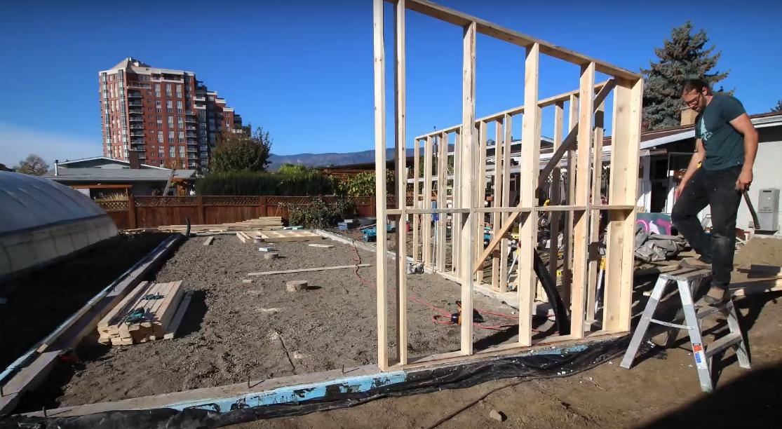 Сооружение деревянного каркаса, фундамент предварительно укрыт гидроизоляцией