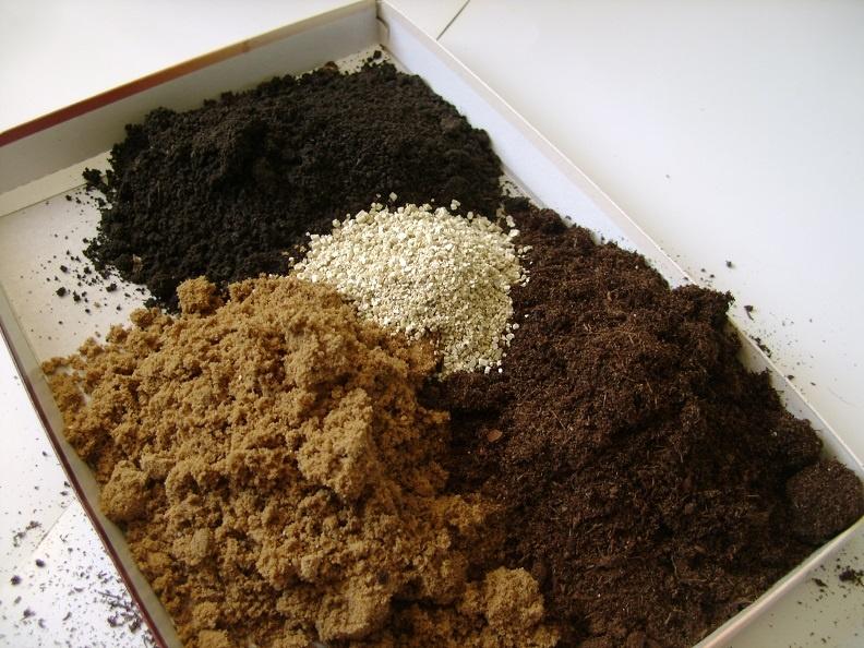 Составляющие грунта для рассады огурцов - торф, песок, перегной и опил