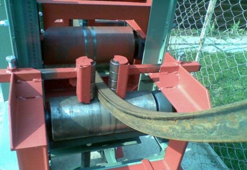 Станок-трубогиб поможет выправить слегка прогнувшиеся профильные трубы каркаса теплицы