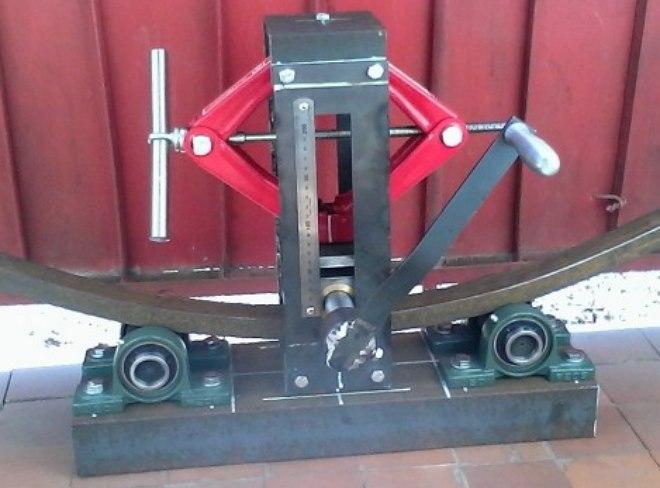 Станок-трубогиб с центральным подвижным роликом. Для повышения точности изготовления дуг механизм снабжен линейкой