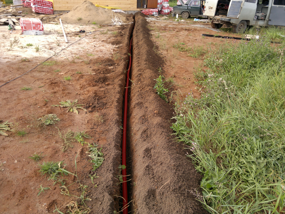 Укладка электрического кабеля в траншею