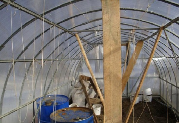 Установка дополнительных подпорок для усиления прочности конструкции теплицы зимой