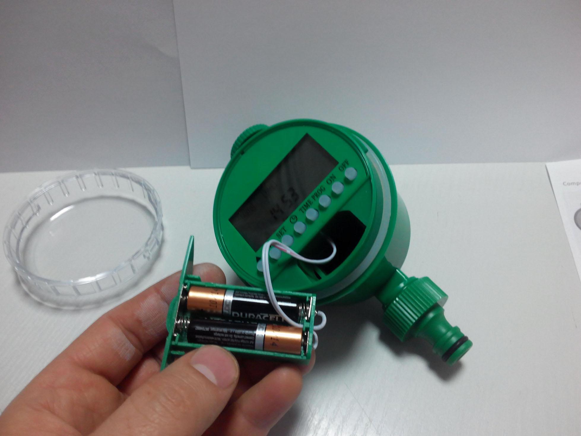 Этот таймер работает от двух пальчиковых батареек