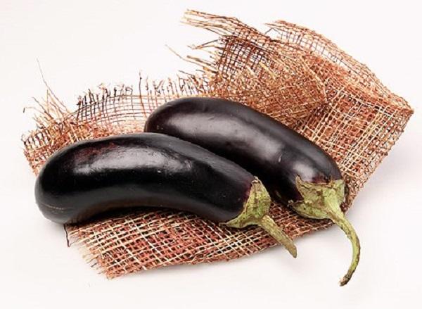 Баклажаны хорошо растут на легких супесчаных и суглинистых почвах, заправленных перегноем. Немного повышенную кислотность переносят, но предпочитают нейтральную