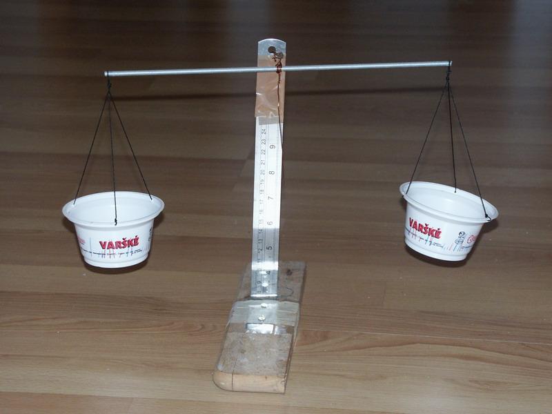 При работе с микроэлементами обязательно используйте весы, способные измерять отдельные граммы. При отсутствии таковых, сделайте их самостоятельно, используя в качестве чашек пластиковые емкости или стеклянные банки. Вместо грузил могут подойти монеты