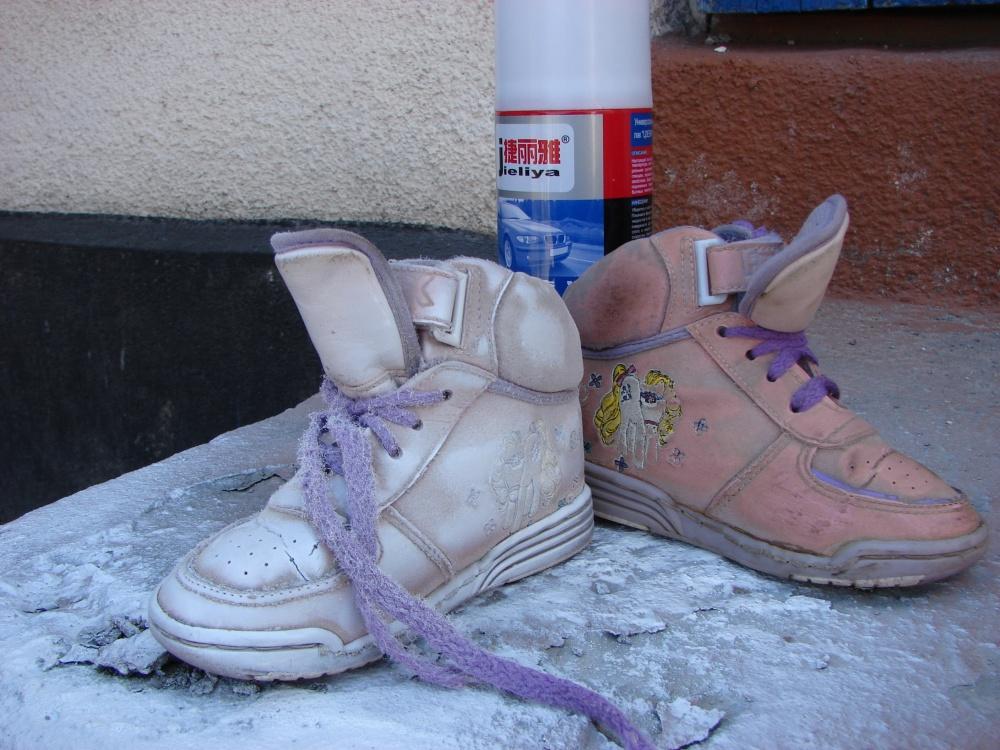 Детские кроссовки, которые использовались для этой композиции