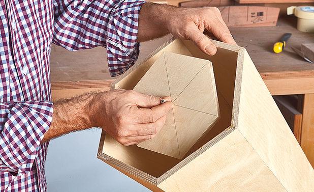 Для установки шестиугольной крышки каркас нужно перевернуть