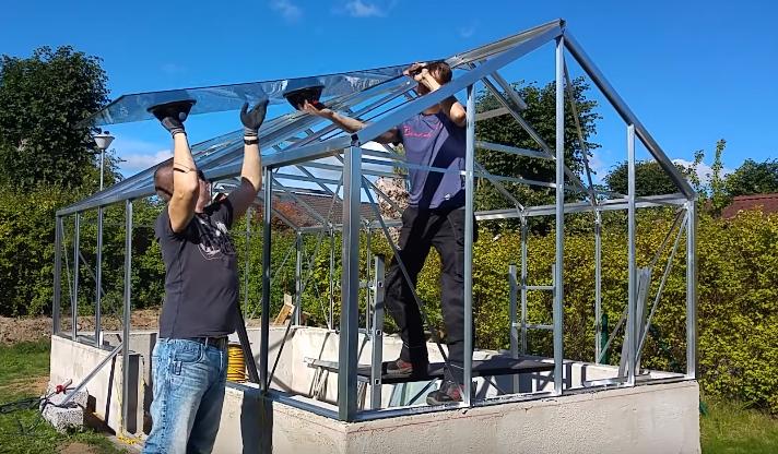 Если в конструкции крыши не предусмотрен профиль, предотвращающий «съезжание» стекла вниз - добавьте его после завершения работ